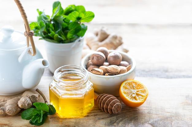 Conjunto de productos para estimular el sistema inmunológico. miel, limón, nueces, jengibre para aumentar la inmunidad. copia espacio