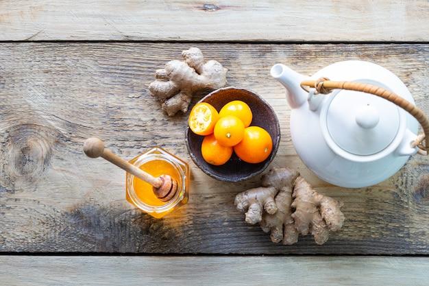 Conjunto de productos para estimular el sistema inmunológico. miel, limón, nueces, jengibre para aumentar la inmunidad. vista superior