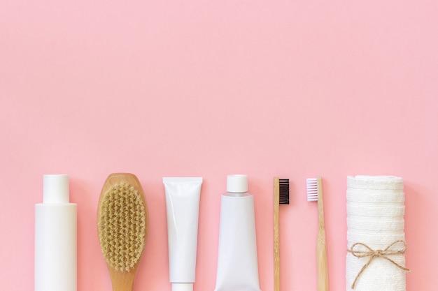 Conjunto de productos y herramientas de cosmética ecológica para ducha o baño. cepillo dental de bambú.