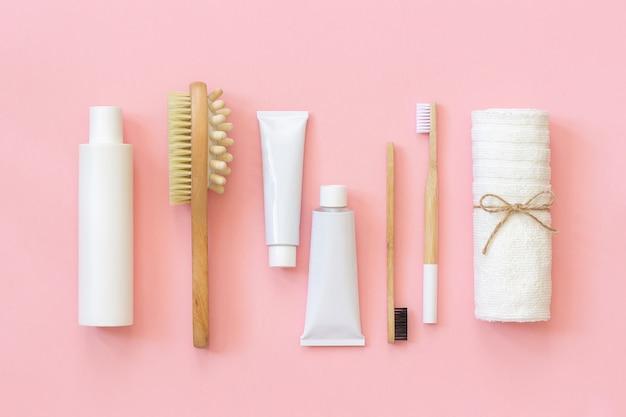 Conjunto de productos y herramientas de cosmética ecológica para ducha o baño.