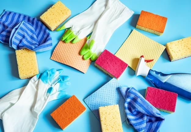 Conjunto de productos de limpieza para limpieza general y mantenimiento de limpieza, vista superior.