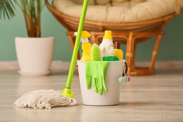 Conjunto de productos de limpieza en el piso de la habitación.