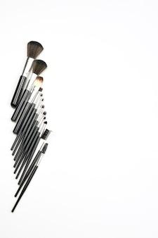 Conjunto de productos de maquillaje y herramientas. conjunto de pinceles de maquillaje de diferentes tamaños en blanco