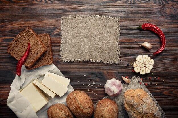 Un conjunto de productos en un tablero marrón.