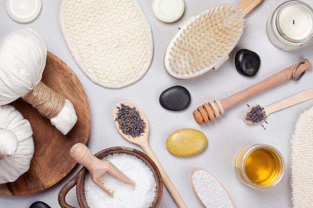 Conjunto de productos tradicionales de spa. concepto de cuidado del cuerpo natural