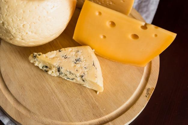 Conjunto de queso fresco sobre tabla de madera