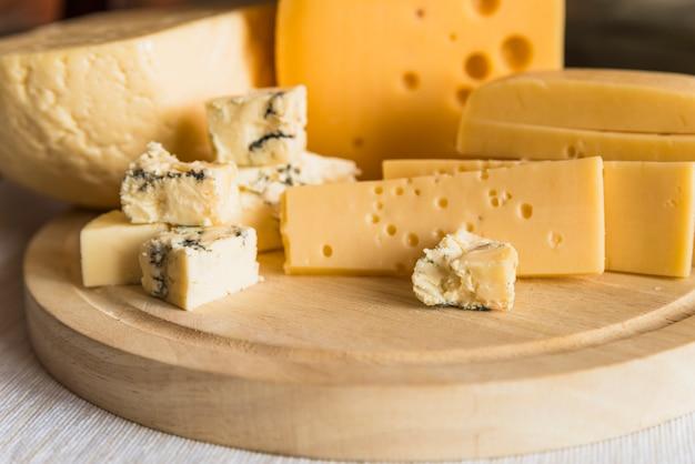 Conjunto de queso fresco en tabla de cortar de madera