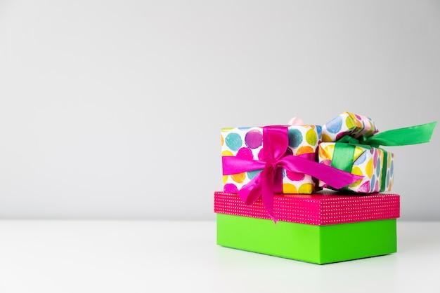 Conjunto de regalos coloridos con espacio de copia