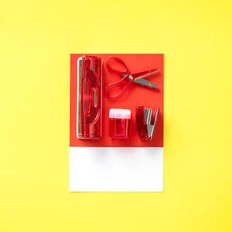 Conjunto rojo de material de oficina.