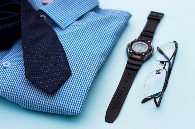 Conjunto de ropa y accesorios para hombre en azul.