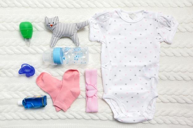 Conjunto de ropa y artículos para un bebé.