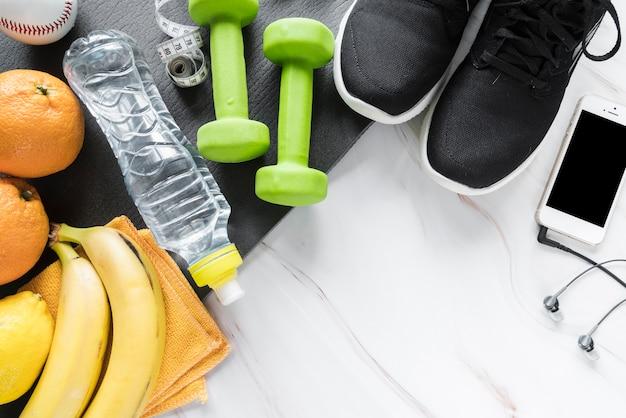Conjunto de ropa deportiva y meriendas saludables.