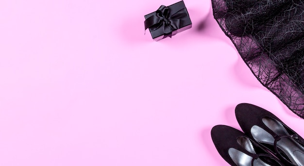 Conjunto de ropa elegante de moda y accesorios sobre fondo rosa