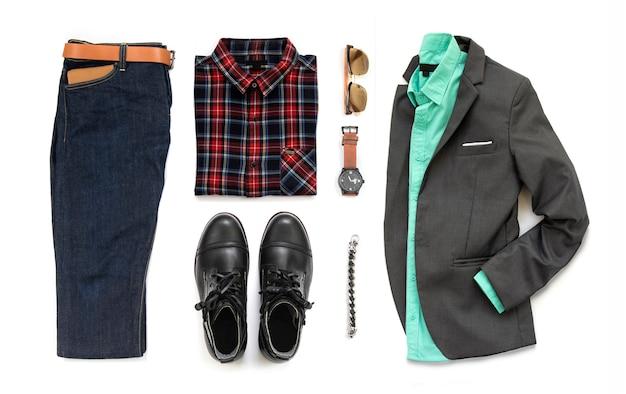 Conjunto de ropa de hombre con bota negra, reloj, jeans, cinturón, billetera, gafas de sol, camisa de oficina, traje gris y brazalete aislado sobre fondo blanco, vista superior