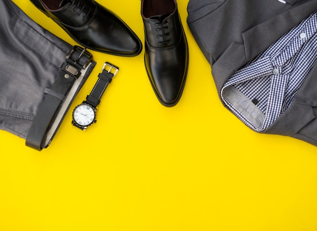 Conjunto de ropa de moda de hombres aislado en un fondo amarillo. concepto de ropa de negocios