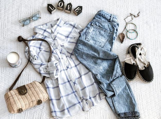 Conjunto con ropa de mujer de moda, camisa, jeans y bolso. look de moda hipster. endecha plana.