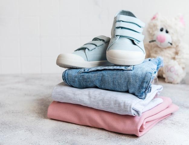 Conjunto de ropa para niños el concepto de compras online
