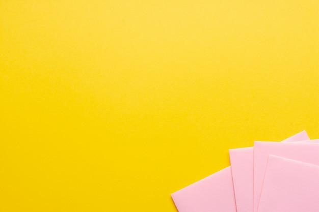 Conjunto rosa de hojas de papel con espacio de copia