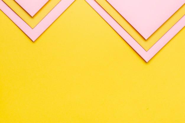 Conjunto rosa de hojas de papel triangular con espacio de copia