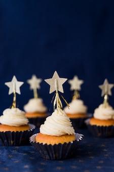 Conjunto de sabrosos pasteles con crema de mantequilla y estrellas.