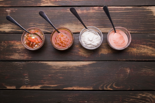 Conjunto de salsas en cuencos con cucharas.