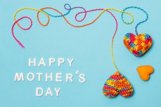 Conjunto de símbolos decorativos del corazón cerca de la inscripción del día de las madres felices
