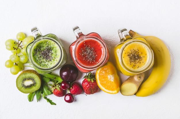 Conjunto de smoothies de las frutas y de las bayas en un fondo blanco. concepto verano alimentos salud desintoxicación