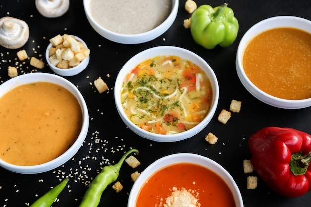 Conjunto de sopa de champiñones, lentejas, calabaza, tomate, pollo, vista lateral