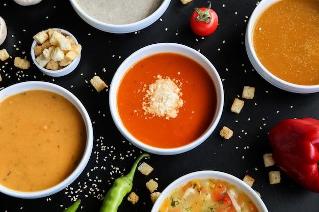Conjunto de sopa champiñones lentejas calabaza tomate pollo vista superior