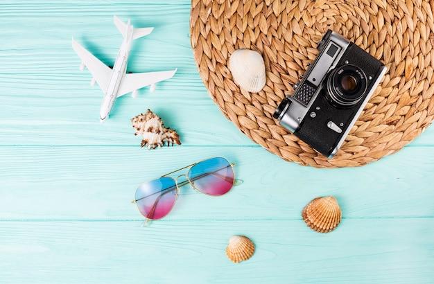 Conjunto de souvenirs de viaje y cámara fotográfica.