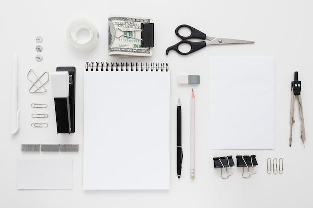 Conjunto de suministros de oficina en blanco y negro