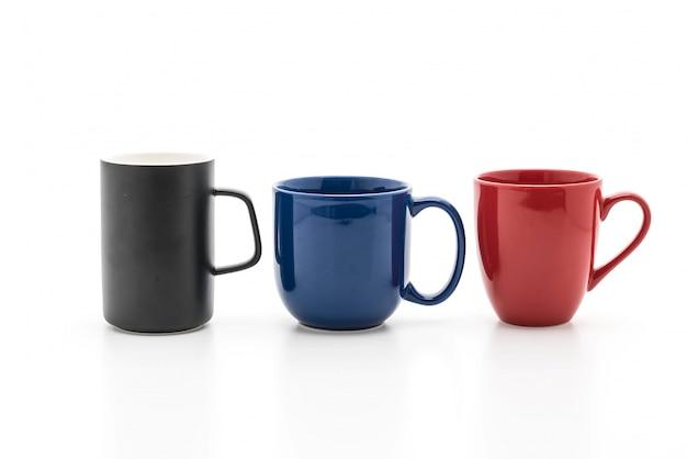 Conjunto de tazas negras, rojas y azules en blanco