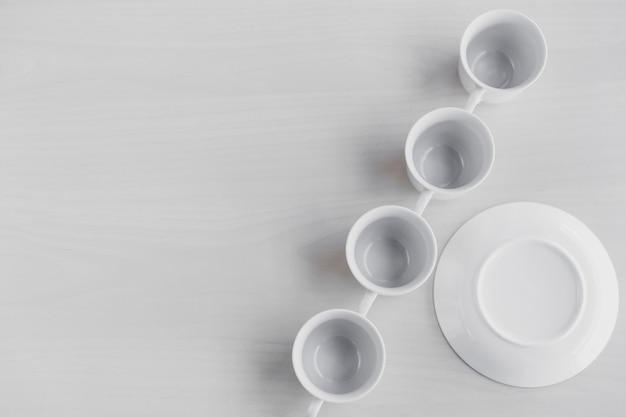 Conjunto de tazas de té cerca de platillo