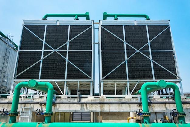 Conjunto de torres de refrigeración en el edificio del centro de datos.