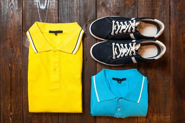 Conjunto de traje masculino de polo y zapatillas en madera