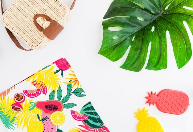 Conjunto tropical de pertenencias de playa y juguetes para viajes de verano tropical.