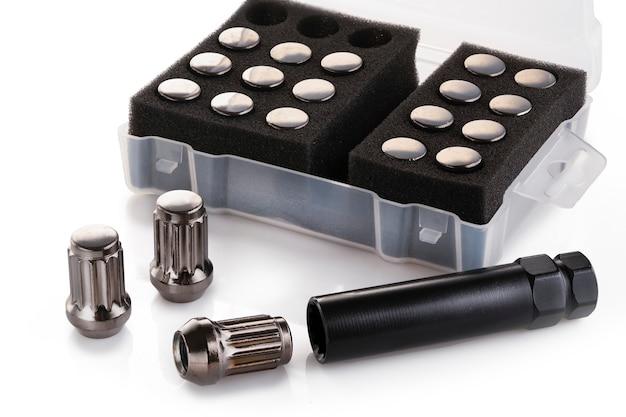 Conjunto de tuercas grises brillantes para llantas de aleación y auto tuning sobre un fondo blanco aislado.