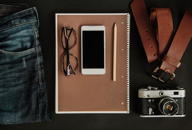 Conjunto turístico maqueta, jeans, correa, cámara, gafas, bloc de notas y teléfono inteligente