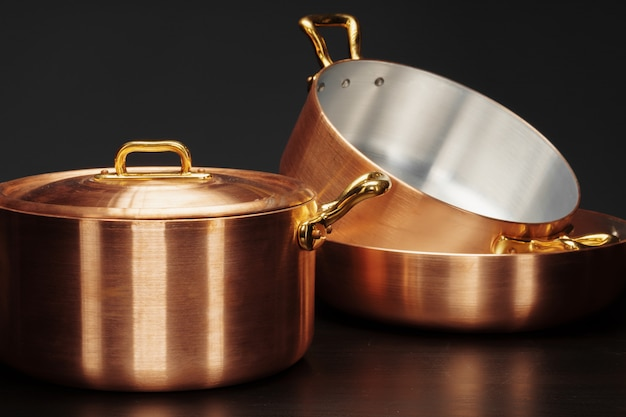 Conjunto de utensilios de cobre sobre oscuro