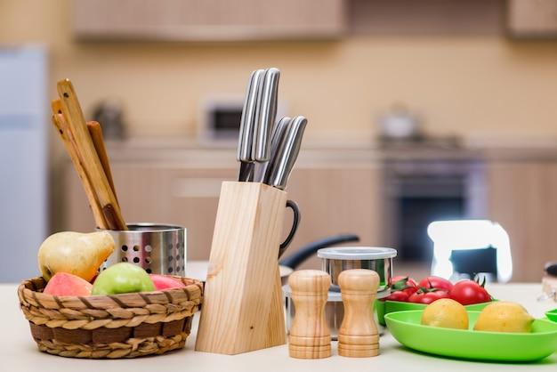 Conjunto de utensilios de cocina sobre la mesa.
