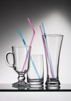 Conjunto de utensilios de vidrio vacíos para diversos tipos de bebidas. Foto Premium