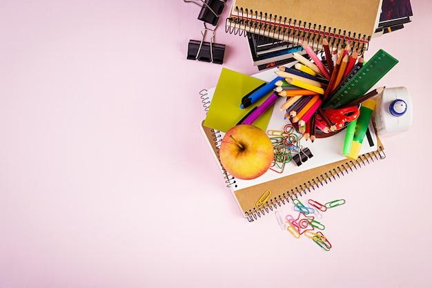 Conjunto de útiles escolares coloridos, libros y cuadernos. accesorios de papelería. vista superior.