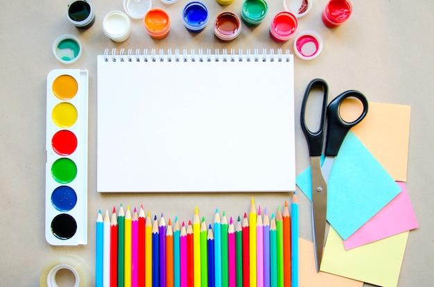 Conjunto de útiles escolares estacionarios para escritura creativa y dibujo, copyspace