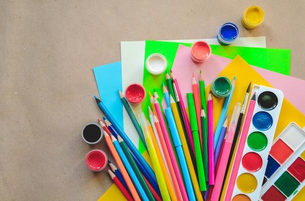 Conjunto de útiles escolares estacionarios para escritura y dibujo creativos