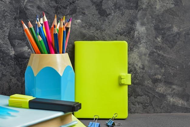 Conjunto de útiles escolares en mesa