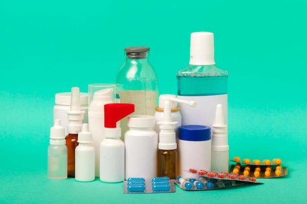 Conjunto de varias botellas médicas