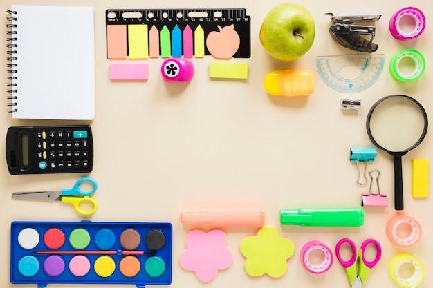 Conjunto de varias herramientas de papelería para la escuela.
