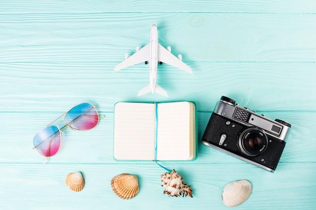 Conjunto de varios accesorios para viajes de vacaciones.