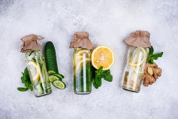 Conjunto de varios agua de desintoxicación saludable.