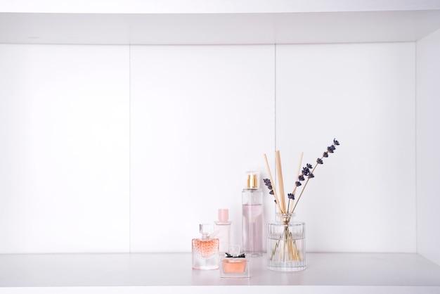 Conjunto de varios perfumes de mujer aislados